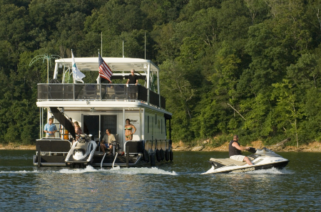 People houseboating and jet skiing on Lake Cumberland in Kentucky