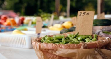 A bowl of green beans sits on a table at a Kentucky farmers market